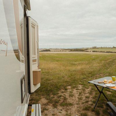 Caravan mit Campingtisch